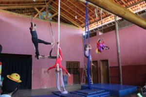Alunos na aula de circo: desenvolvimento da cosnciência corporal é prioridade na escola