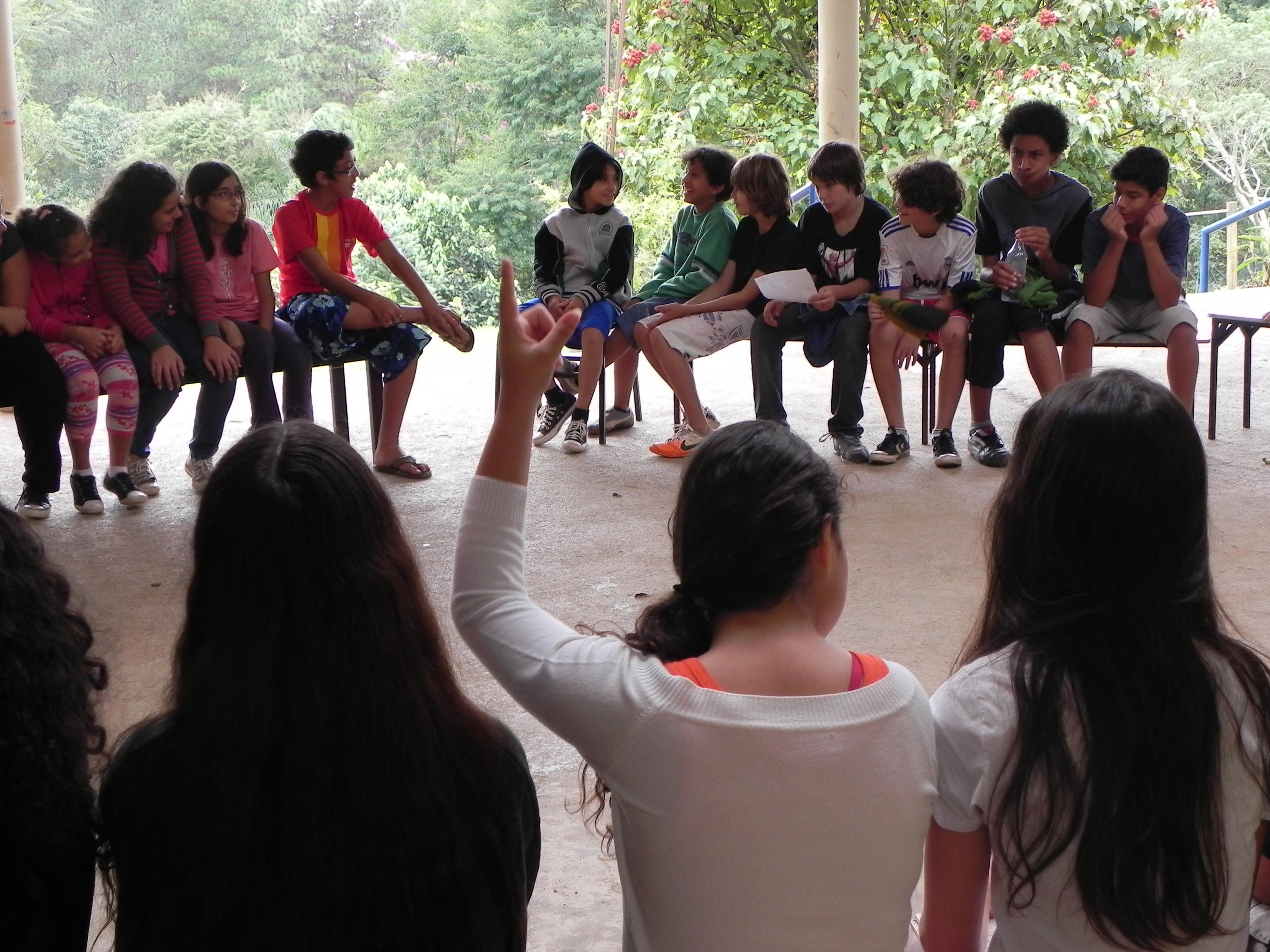 Alunas e alunos durante assembléia realizada no pátio da escola