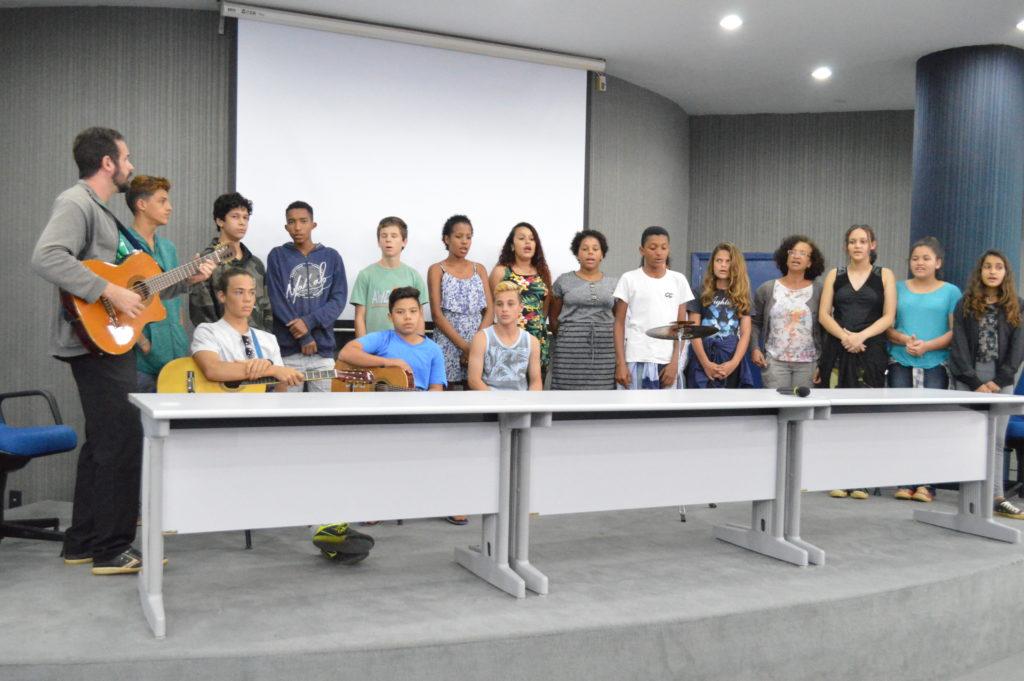 Dendê da Serra faz lançamento do novo livro do Escolas Transformadoras