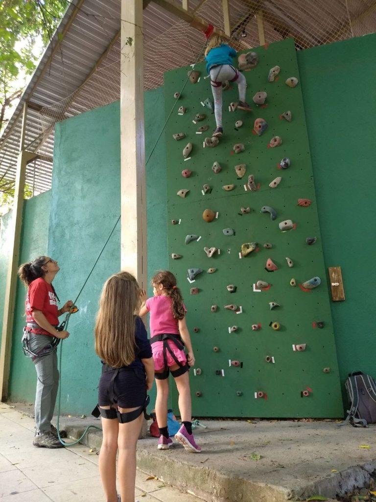 Em parceria com pais, Escola Amigos do Verde promove oficina de escalada para crianças do ensino fundamental