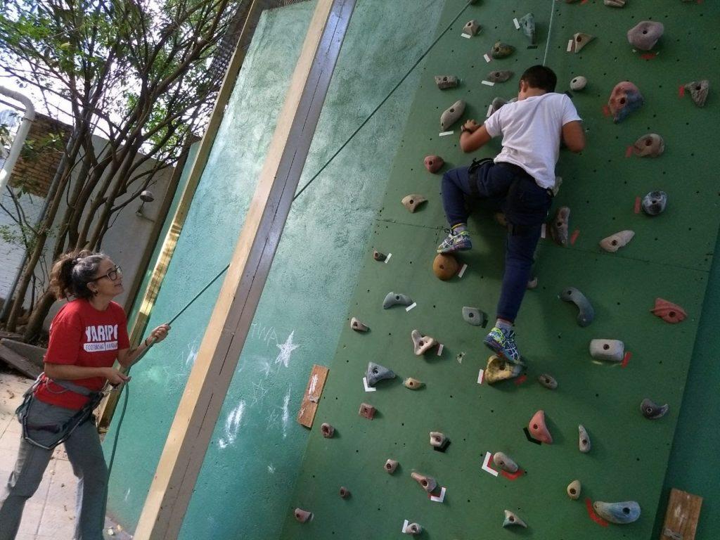 Parceria família e escola: pais de alunos promovem oficina de escalada na Amigos do Verde