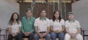 Cinco estudantes estão sentados um do lado do outro, usando o uniforme do SERTA