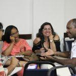 Um grupo de educadores conversa em roda.