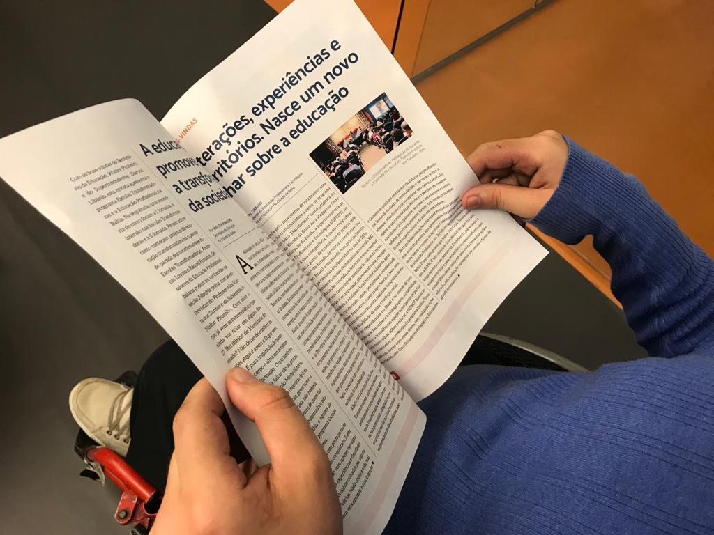 Na foto, uma pessoa manuseia uma revista.