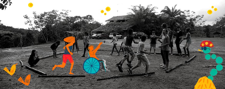 na foto, em preto e branco, crianças brincam em roda. Há ilustrações de estrelas e de outras crianças, uma delas em uma cadeira de rodas, participando da brincandeira, aplicadas na fotografia.