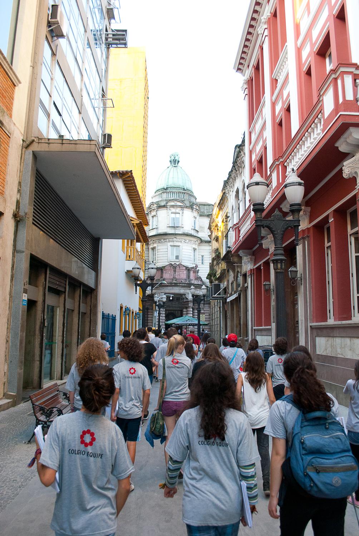 Eles estão em uma parte  histórica da cidade, caminhando entre prédios.