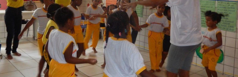 """""""O ato de educar é coletivo"""", diz educadora de escola comunitária."""