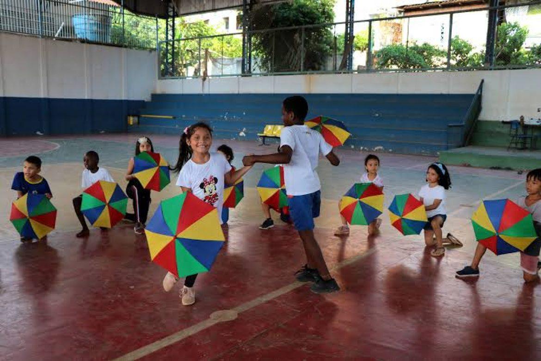 Colégio público de Manaus esquece disciplina militar e dá voz a alunos